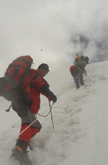 组图:A组队员冲击5800米突击营地 最后的冲刺