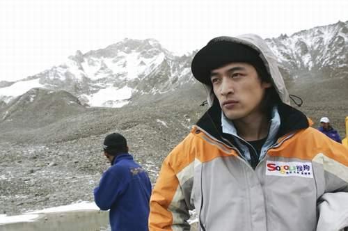 图:搜狗登山队B组出发 胡帅哥风姿迷人