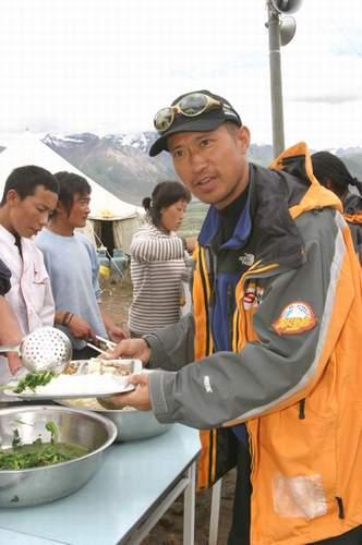组图:A组队员胜利凯旋 享受营地丰盛午餐