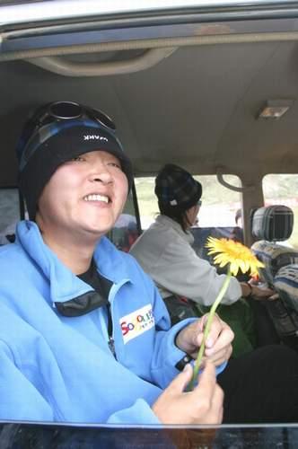 组图:A组队员凯旋 藏族少女追车为孙楠献花