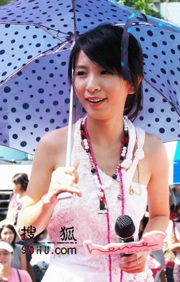 SHE撑伞代言防晒品 Ella自嘲比林志玲丑(图)