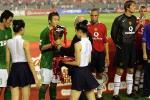图文:曼联工体3-0完胜北京现代 杨璞领取纪念杯
