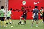 图文:曼联教练指导中国小球员 指导小球员