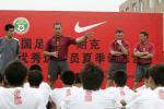 图文:曼联教练指导中国小球员 进行总结