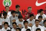 图文:曼联教练指导中国小球员 合影留念