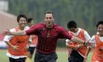 图文:曼联教练指导中国小球员 奔跑欢呼