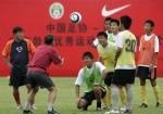 图文:曼联教练指导中国小球员 指导训练