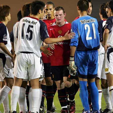 图文:曼联1-2鹿岛鹿角 双方球员赛后互相致意