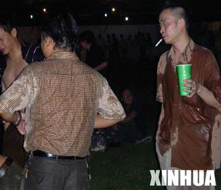 重庆上万市民啤酒节玩泼酒 4小时消耗35吨(图)