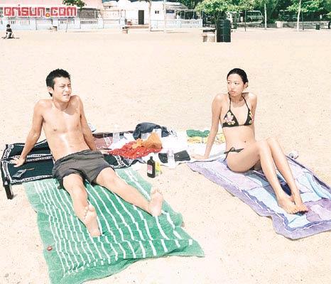 陈冠希海滩晒太阳 33B惹火女郎相伴左右(图)