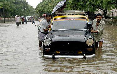 印度遭史上最强暴雨,400多人死、石油平台损失23亿(组图)