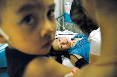 硕士女医生飞身挡车救幼童 尾骨骨折或瘫痪(图)