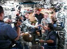 发现号与国际空间站对接 空间站长面包欢迎(图)