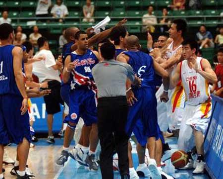 图文:中波男篮打架事件 现场情况难以控制
