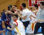 图文:中波男篮打架事件 双方球员扭打在一起