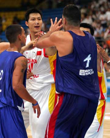 图文:中波男篮打架事件 双方球员发生争执