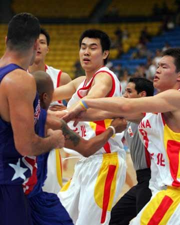 图文:中波男篮打架事件 双方球员开始扭打