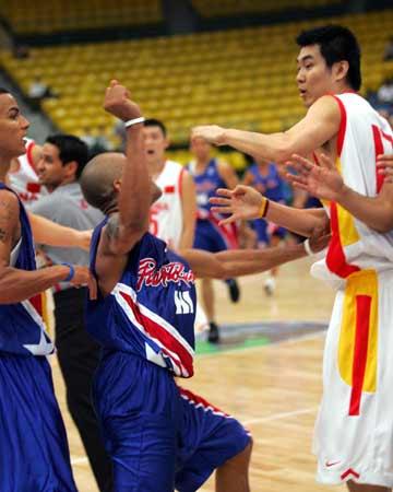 图文:中波男篮打架事件 导致争执升级的一拳