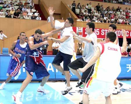 图文:中波男篮打架事件 队长李楠与对手互殴