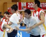 图文:中波男篮打架事件 球员劝架防止暴力发生
