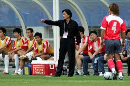 图文:四强赛-中国1-1韩国 朱广沪在指挥比赛