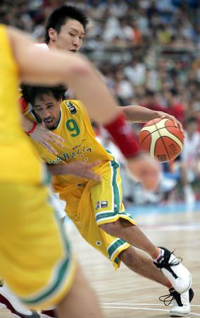 图文:中国男篮不敌澳大利亚 布鲁顿带球进攻