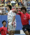 图文:中国战平韩国 谢晖在对方门前头球抢点