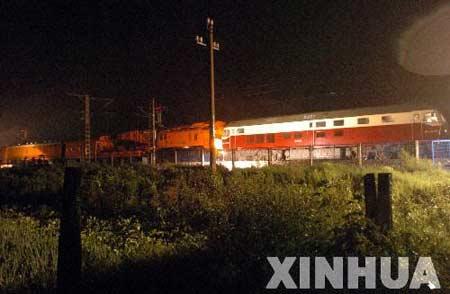 K127次列车出轨导致长大线中断 大量旅客滞留