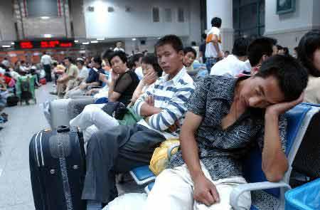 组图:一些旅客因列车追尾事故滞留沈阳北站