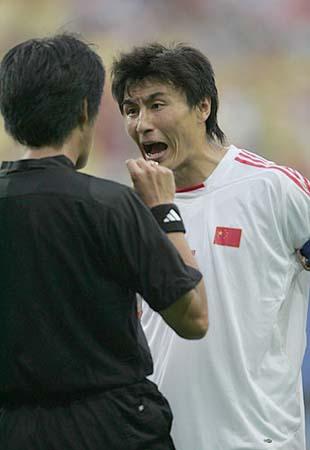 日本主裁两张红牌