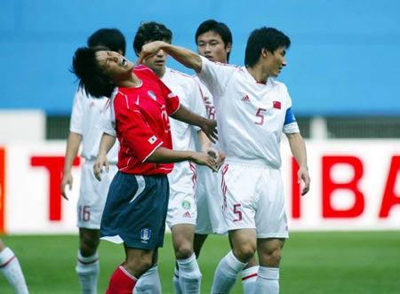 图文:四强赛中国1-1韩国 李玮峰手推对手面部