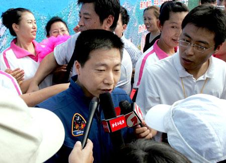 图文:十运会火种采集仪式 杨利伟接受采访