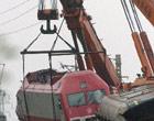 起重机械将机车吊离轨道