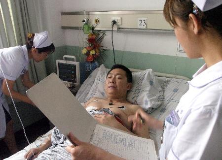 图文:伤员被运至医院抢救