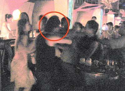 酒吧顾客用手机拍下的打架现场.