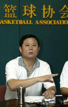 图文:中国篮协对打架下罚单 李金生答记者问