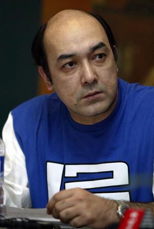 图文:中国篮协对打架下罚单 阿的江宣读道歉信