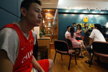 图文:中国篮协对打架下罚单 李楠  场边休息