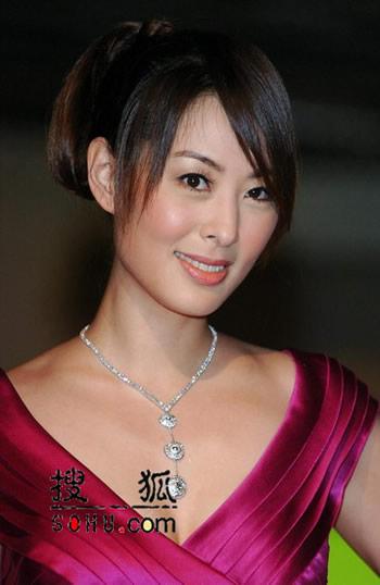 贾永婕桃红礼服典雅大方 专业秀珠宝媲美模特