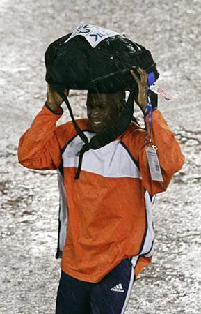 图文:田径世锦赛突降暴雨 荷兰运动员在雨中
