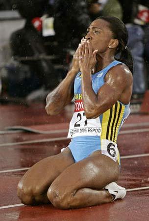 图文:女子400米威廉姆斯夺冠 冠军在雨中飞吻