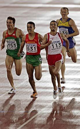 图文:拉姆兹问鼎男子1500米 比赛中奋勇争先