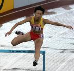 图文:黄潇潇跑进女子400米栏决赛 进入弯道