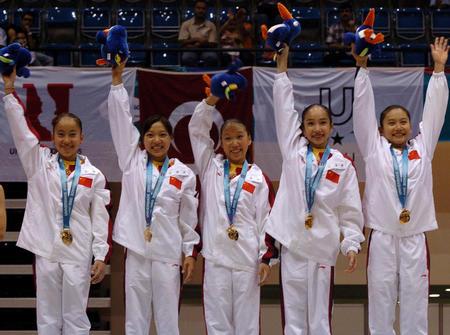 中国 陈淼洁/图文:大运女子体操夺首金 中国队队员挥手致意