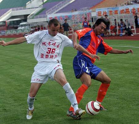 图文:亚泰2-1击败上海九城 双方球员场上飙技