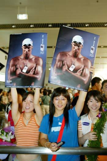 图文:菲尔普斯访华抵达北京 女Fans迎接神童