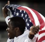 图文:田径世锦赛第八日 菲利普斯挥舞国旗