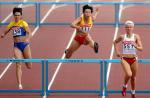 图文:黄潇潇获女子400米栏第五名 跨过一栏