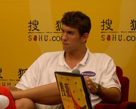 图文:菲尔普斯做客搜狐 泳坛神童聆听主持人