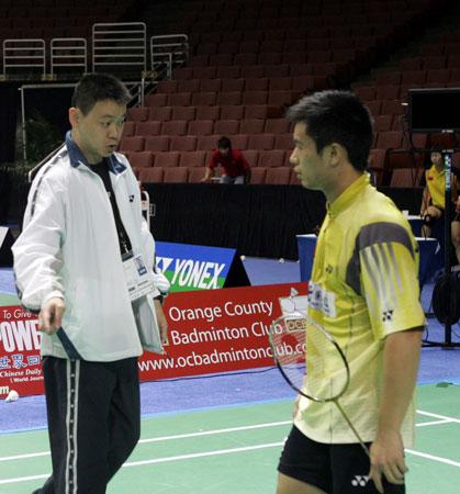 图文:中国队备战世锦赛 教练给陈其遒指导
